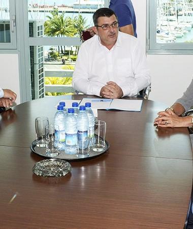 Philippe Germain, président du gouvernement de la Nouvelle-Calédonie, a reçu jeudi une délégation composée de cinq sénateurs, membres de la commission des affaires étrangères, de la défense et des forces armées.