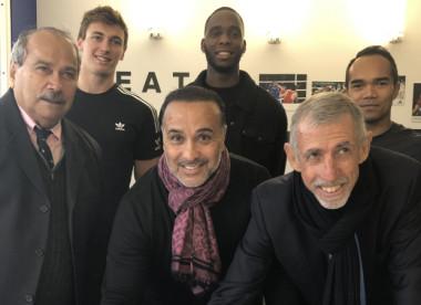 Des sportifs calédoniens ont assisté à la signature (2e plan, de g. à d.) : Marc Hmazun, Maxime Grousset, Aymeric Gally, Minh Dack et Antoine Kombouaré (©INSEP).