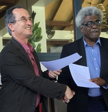 Valérie Meunier, Bernard Deladrière et Jean-Pierre Nirua (de g. à d.) ont signé une convention de partenariat pour l'organisation du 11e Forum francophone du Pacifique.