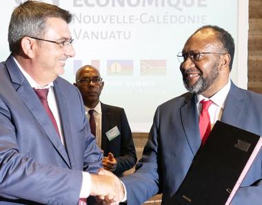 Philippe Germain et Charlot Salwai ont signé une déclaration conjointe relative au développement des échanges économiques et commerciaux entre la Calédonie et le Vanuatu.