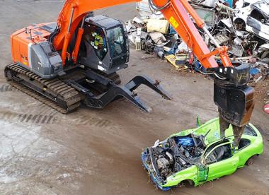 Les épaves collectées sont ensuite dépolluées, compactées, puis exportées vers un site autorisé pour traitement (©EMC).