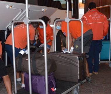 À chaque nouveau vol de rapatriement, des bénévoles de la SNSM interviennent pour aider à gérer le flux des passagers à l'aéroport, ainsi qu'à l'arrivée à l'hôtel.