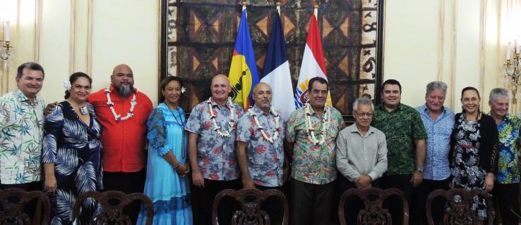 La délégation calédonienne aux côtés du président de l'Assemblée de la Polynésie française Gaston Tong Sang et du gouvernement de la Polynésie française présidé par Édouard Fritch.
