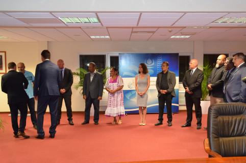 Les membres du gouvernement ont accueilli Sébastien Lecornu en salle des délibérations.