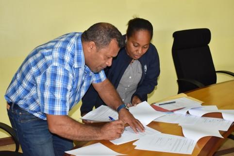 Didier Poidyaliwane a signé les actes coutumiers préparés par l'officier public coutumier de la direction de la Gestion et de la réglementation des affaires coutumières (DGRAC).
