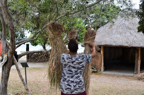 Les jeunes ont pu participer au projet en s'occupant de lier et faire sécher la paille.
