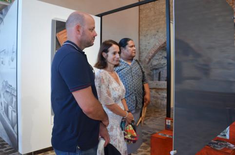 Isabelle Champmoreau et Christopher Gygès ont visité la nouvelle exposition, guidés par la directrice du site Emmanuelle Royer-Ériale