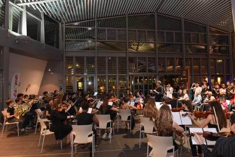 Les deux semaines d'information au Médipôle se sont achevées ce jeudi 28 septembre par une après-midi musicale. Au programme, le groupe de Wetr, Hei Pua Nui, l'Orchestre symphonique junior, la Street Fanf'art et la Méga Fanfare. © Eric Dell'Erba