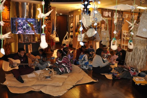 La rencontre à la Maison de la Nouvelle-Calédonie proposait également des ateliers de tressage, des lectures, des slams… © MNC
