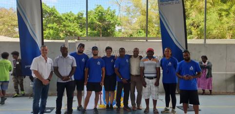 En tee-shirt bleu, Maxime, Vincent, Jacques, Lutekate et Poggi, respectivement éducateurs sportifs à Dumbéa, Bourail, Païta, Île des Pins et Thio.