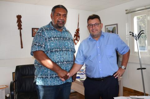 Mickaël Forrest et le directeur du centre pénitentiaire, Philippe Peyron.