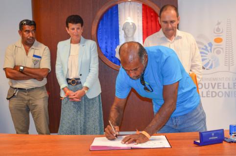Chaque partenaire a signé le protocole. Ici, Carl Toura, vice-président du conseil coutumier Xârâcùù.