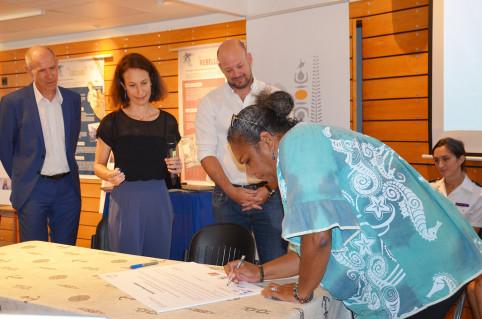 Nelly Wabete, ingénieure en aquaculture à l'Ifremer et membre des « Elles des lagons » a signé la charte.