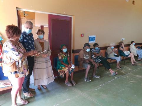 Joseph Manaute s'est rendu au vaccinodrome de Népoui aux côtés de la maire de la commune, Évelyne Goro-Atu.