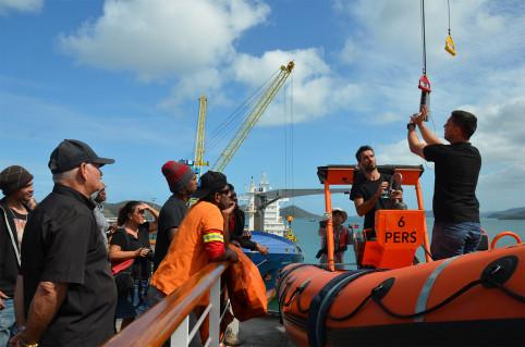 À bord du Lapérouse, les stagiaires ont révisé les gestes pour hisser une embarcation ou la mettre à l'eau.