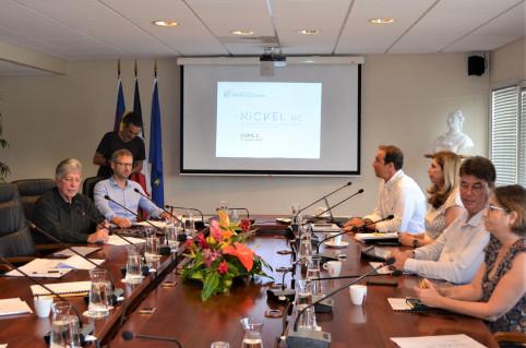 Les membres du comité de pilotage, issus des principales institutions calédoniennes ainsi que des syndicats des industries métallurgiques et des exportateurs de minerai étaient présents pour discuter de l'avancée des travaux avec le président.