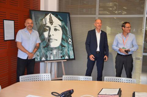 L'artiste Famax à côté de son œuvre originale « S. ELLE. N », Érick Roser et Guillaume Verschaeve.