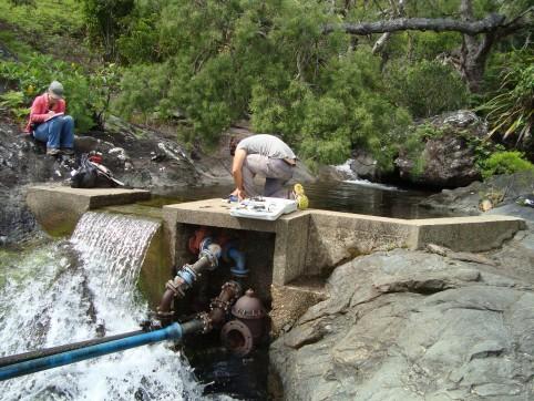 La DAVAR travaille sur la qualité de l'eau naturelle non traitée avant distribution et met en place des périmètres de protection des captages d'eau (PPE) depuis 2010.