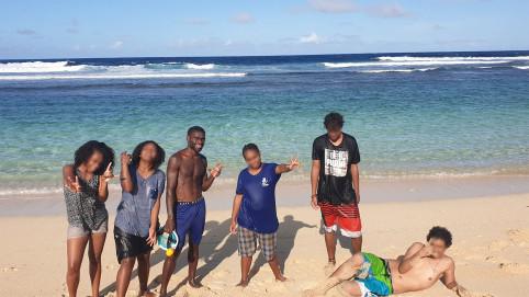 Détente à Port Résolution pour les cinq jeunes, en compagnie du fils du chef Alick.