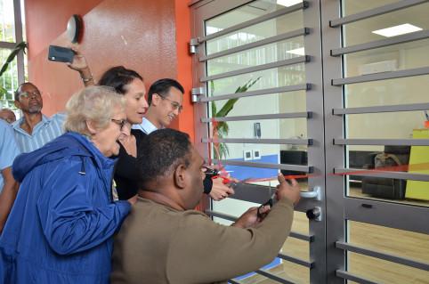 Le coupé de ruban sous l'œil attentif de Catherine Poëdi, présidente de l'APEH-NC.