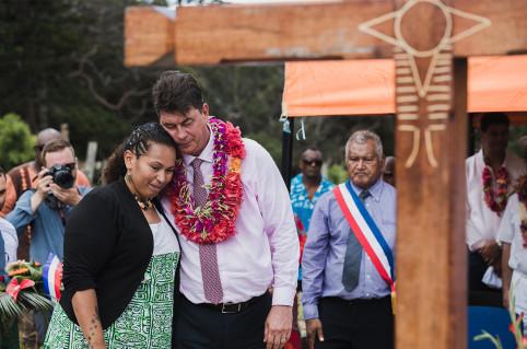 Thierry Santa et Laura Vendegou face à la sépulture du grand chef Hilarion Vendegou.