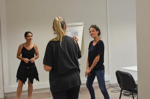 Caroline Valat (à droite), de l'équipe du plan de santé Do Kamo, a animé un atelier qui permettait de tester différentes façons d'animer une réunion en bougeant.