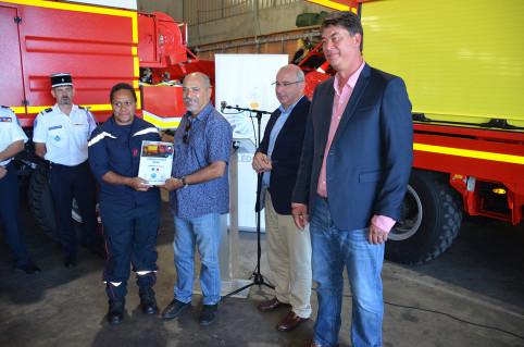 Gilbert Tyuienon, membre du gouvernement et maire de Canala, a reçu, pour le centre de secours de sa commune, un camion-citerne rural moyen.