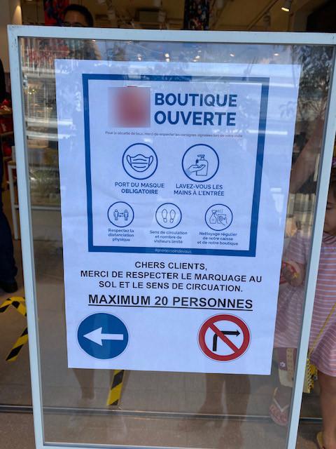 Cette boutique a affiché les consignes sanitaires à respecter à l'entrée.