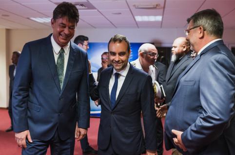 Après avoir salué les membres du gouvernement, le ministre des Outre-mer a présidé une réunion de travail avec l'ensemble de l'exécutif.