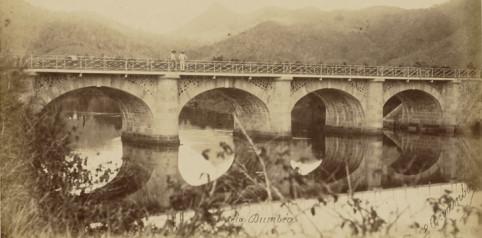 """Le """"pont sur la Dumbéa"""", aussi appelé """"pont Blanc"""", a été construit en 1886 par la main-d'œuvre pénale en remplacement d'un ouvrage entièrement en bois."""