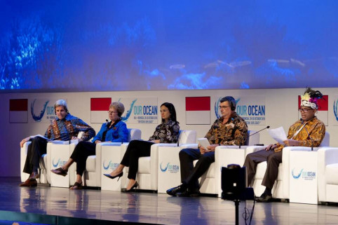 La table ronde était animée par l'ancien secrétaire d'État américain John Kerry, qui avait officiellement félicité le gouvernement pour le classement de ses récifs vierges.