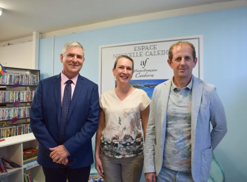 De g.  à d. : Yves Lafoy, Christina Cook et le directeur de l'Alliance française de Canberra Patrice Gilles.