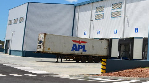 Entre le conteneur et la chambre froide, une zone de dépotage/chargement en froid positif permet de garantir la fraîcheur de la marchandise.