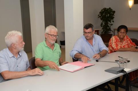 Les représentants des médecins et des salariés du collectif de la clinique Île Nou-Magnin et Philippe Germain, président du gouvernement. ©DR.