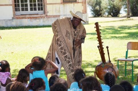 Invité par l'Alliance Champlain pour la Semaine de la francophonie, le conteur togolais Roger Atikpo, accompagné de sa kora, a bien fait rire les enfants à l'issue de la chasse au trésor.