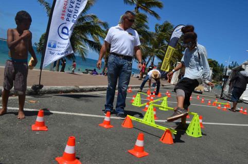 Parcours d'obstacles avec lunettes simulant une consommation excessive d'alcool. Les enfants sont surpris !