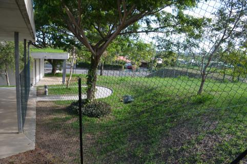 Une clôture grillagée, sur laquelle des brise-vue seront posés, délimite la zone de quarantaine au sein du CISE. Une bande de plusieurs mètres sépare cet espace de la limite de terrain.