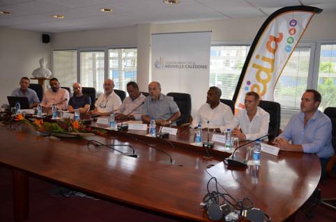 Entouré des partenaires du projet, Gilbert Tuyienon a présenté Këdia à la presse, mardi 16 avril au gouvernement.
