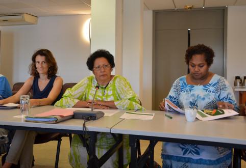 Rolande Trolue entourée de Laurence Berthou de l'équipe du plan de santé Do Kamo et Émilie Katrawi, chef de service de la condition féminine à la province des Îles.