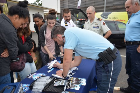 De jeunes volontaires ont participé à la démonstration d'un contrôle de stupéfiants avec la gendarmerie nationale.