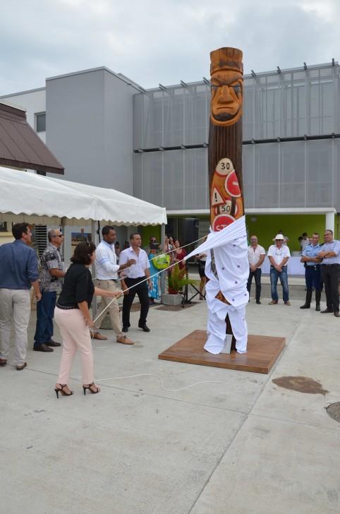 Les membres du gouvernement ont dévoilé une sculpture en houp de 4 mètres érigée devant les bâtiments. Réalisée par deux artistes de Canala, elle symbolise les différentes missions de la DITTT.