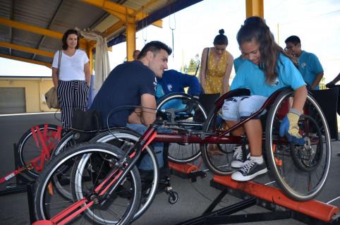 «Allez, allez, plus vite!» Animé par le champion handisport Nicolas Brignone, l'atelier de course en fauteuil a déchaîné l'esprit de compétition des élèves.