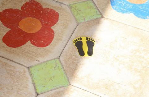 """Le marquage au sol """"petits pieds"""" à l'école maternelle de Boulari."""