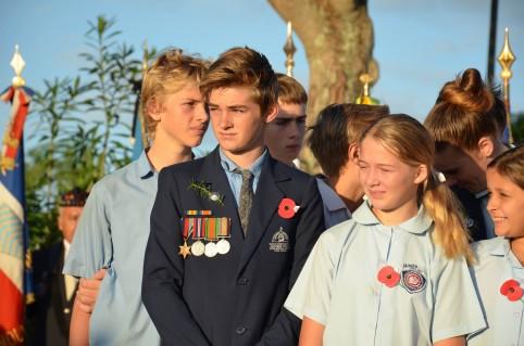 Les élèves de James-Cook, coquelicot au revers de la veste ou sur le cœur.
