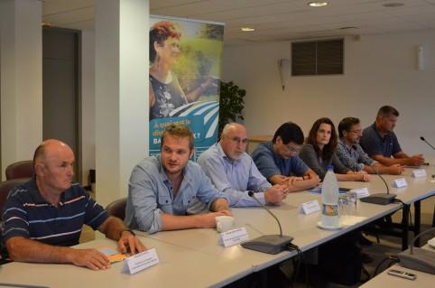 Nicolas Metzdorf était entouré de représentants de directions de la Nouvelle-Calédonie (DSF, Davar), de la Chambre d'agriculture, de la FNSEA, de l'Adraf et d'agriculteurs lors d'un point presse le 22 mars.