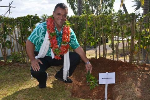 À l'issue d'une visite d'un hôpital de l'île, la délégation a procédé à une plantation d'arbres.