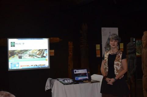 Marianne Tissandier présente les fonctionnalités du site et du catalogue en ligne du musée de Nouvelle-Calédonie.