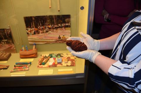 Les agents des Douanes ont pu manipuler des objets anciens, comme ici un écheveau de poils de roussette.