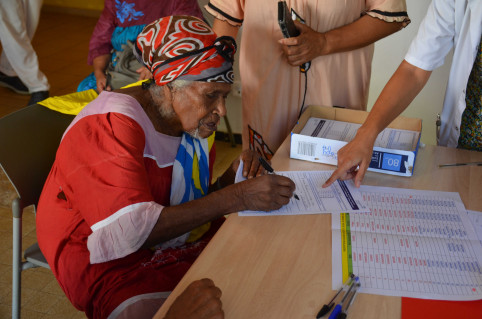 Marceline a signé le formulaire de recueil des contre-indications et du consentement avant de se faire vacciner.