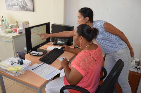 Deux agents de la direction des Affaires sanitaires et sociales, Fabien Juffroy et Déborah Wiria (ici à droite), étaient présents pour accompagner l'équipe dans la prise en main du logiciel dédié à la vaccination.